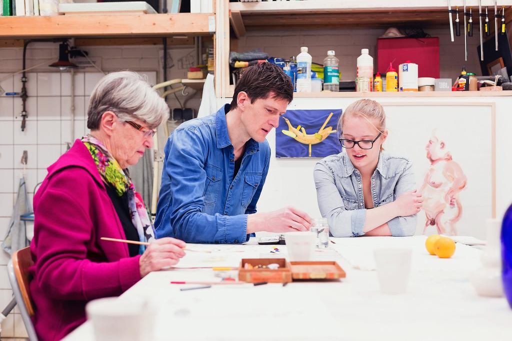 leren schilderen - groep aan tafel